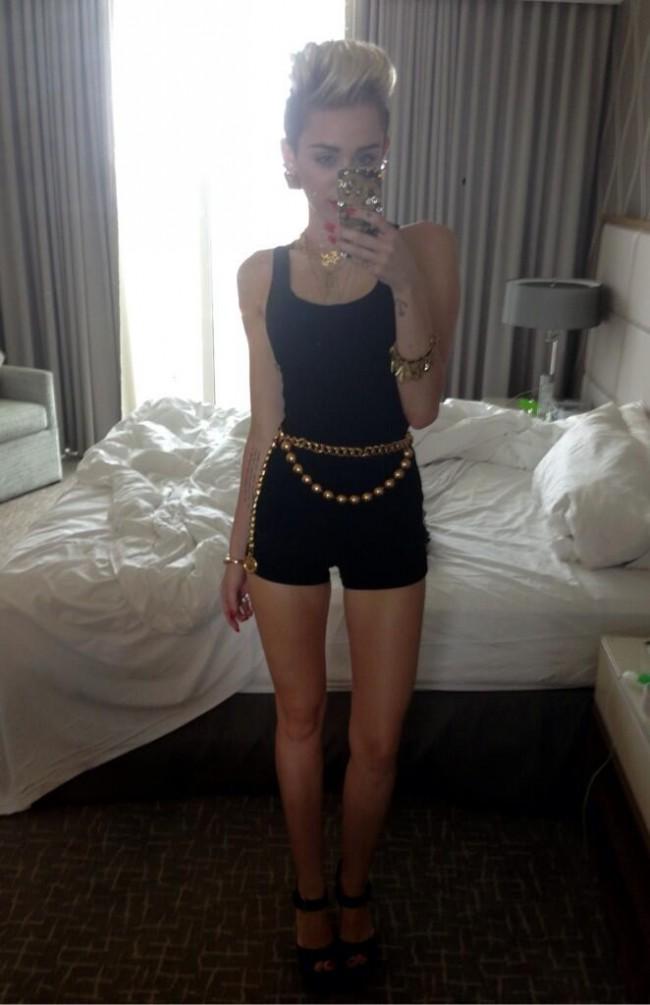 Miley-Cyrus-Selfies-1